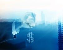 El tono azul, el hombre de negocios y el diamante de la exposición doble firman el dólar a disposición adelante para apuntar el é Fotografía de archivo libre de regalías