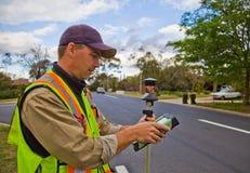 El topógrafo controla su trabajo Fotos de archivo