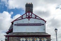 El topónimo más largo del Reino Unido, llanfairpwllgwyngyllgogerychwyrndrobwllllantysiliogogogoch en la estación de tren pública Fotografía de archivo