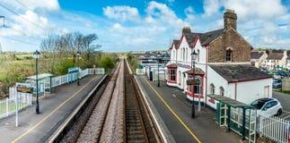 El topónimo más largo del Reino Unido, llanfairpwllgwyngyllgogerychwyrndrobwllllantysiliogogogoch en la estación de tren pública foto de archivo libre de regalías