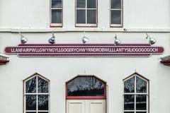 El topónimo más largo del Reino Unido, llanfairpwllgwyngyllgogerychwyrndrobwllllantysiliogogogoch en la estación de tren pública Fotografía de archivo libre de regalías