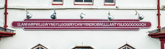 El topónimo más largo del Reino Unido, llanfairpwllgwyngyllgogerychwyrndrobwllllantysiliogogogoch en la estación de tren pública Fotos de archivo