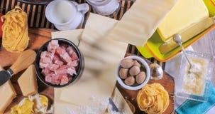 El top abajo se cierra encima de la vista de los ingredientes para la salsa boloñesa para la lasaña, tortellini Imagen de archivo libre de regalías