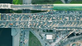 El top de la antena abajo tiró de tráfico por carretera congestionado pesado y del tren de cercanías móvil sobre la hora punta Co fotos de archivo