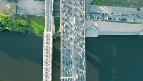 El top de la antena abajo ve el tiro del atasco en un puente del coche sobre la hora punta de la tarde Imágenes de archivo libres de regalías
