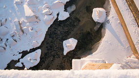 El top de la antena abajo ve sobre el río congelado en la estación del invierno Fotos de archivo libres de regalías