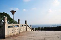 El top de la colina en la piedra de China al lado de la mirada lejos en la distancia Imágenes de archivo libres de regalías