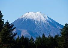 El top de la condenación/del Ngauruhoe del soporte cubrió en nieve en Nueva Zelanda imagen de archivo