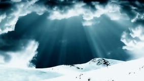El top de la montaña y el lapso de tiempo verde tempestuoso se nubla, la cantidad común stock de ilustración