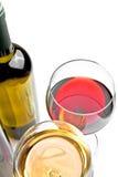 El top de la vista de copas de vino rojas y blancas acerca a la botella de vino Foto de archivo libre de regalías