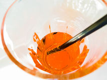 El top de la vista del vidrio de consumición de spritz el cóctel anaranjado del aperol del aperitivo en el tiempo blanco de la ta Foto de archivo libre de regalías