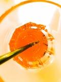El top de la vista del vidrio de consumición de spritz el cóctel anaranjado del aperol del aperitivo en el tiempo blanco de la ta Fotografía de archivo