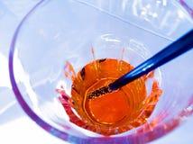 El top de la vista del vidrio de consumición de spritz el cóctel anaranjado del aperol del aperitivo en luz del disco del salón,  Fotos de archivo libres de regalías