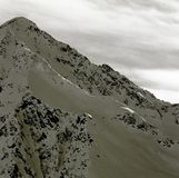 El top de una montaña escarpada en las montañas, en el Tyrol austríaco imagenes de archivo