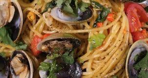 El top del carro abajo se cierra encima de la opinión las almejas italianas del vongole del alle de los espaguetis almacen de metraje de vídeo