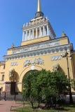 El top del edificio del Ministerio de marina donde naves construidas de Peter 1 y traído los al Neva Fotografía de archivo libre de regalías