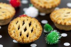 El top del enrejado pica las empanadas contra un fondo de la Navidad Imagenes de archivo