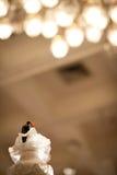 El top del pastel de bodas adorna para la ceremonia de boda Fotografía de archivo