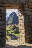 El top del pico de Huayna Picchu, en el marco de la puerta Imagen de archivo