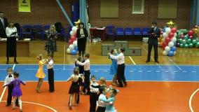 El torneo del baile del salón de baile de los niños, bailarines baila plan de vals, amplio metrajes