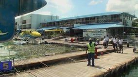 El tornillo del avión amarillo-azul hace girar en el fondo del embarcadero almacen de video