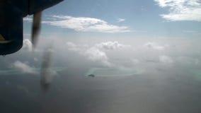 El tornillo del avión amarillo-azul hace girar en el fondo del océano almacen de video