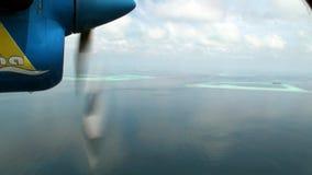 El tornillo del avión amarillo-azul hace girar en el fondo del océano metrajes