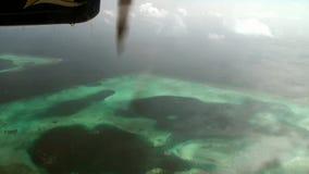 El tornillo del avión amarillo-azul hace girar en el fondo del océano almacen de metraje de vídeo