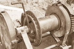 El torno antiguo usado para alzar fuentes sube el lado de la montaña Foto de archivo
