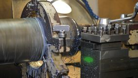 El torno de la producción quita microprocesadores del metal almacen de metraje de vídeo