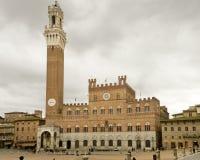 El Torre Manglia adyacente al Palazzo Pubblico Fotografía de archivo libre de regalías