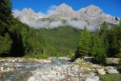El torrente, el bosque y las montañas de la montaña cerca S-Socarran Fotos de archivo