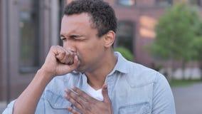 El toser africano enfermo del hombre al aire libre almacen de metraje de vídeo