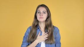 El toser bonito enfermo de la mujer aislado en fondo amarillo almacen de metraje de vídeo