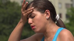 El toser femenino adolescente enfermo almacen de metraje de vídeo