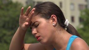 El toser y fiebre femeninos enfermos almacen de video