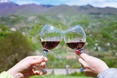 El tostar con dos vidrios de vino rojo en el viñedo georgiano Imagenes de archivo