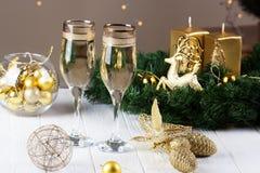 El tostar con los vidrios del champán decoraciones de los hristmas con el vino Imagen de archivo libre de regalías