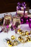 El tostar con los vidrios del champán Decoraciones de la Navidad con triunfo Fotos de archivo
