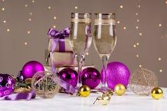 El tostar con los vidrios del champán Decoraciones de la Navidad con triunfo Imagen de archivo libre de regalías