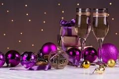 El tostar con los vidrios del champán Decoraciones de la Navidad con triunfo Fotos de archivo libres de regalías