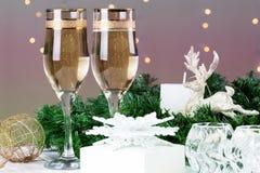 El tostar con los vidrios del champán Decoraciones de la Navidad con triunfo Foto de archivo libre de regalías