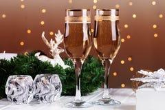 El tostar con los vidrios del champán Decoraciones de la Navidad con triunfo Imágenes de archivo libres de regalías