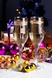 El tostar con los vidrios del champán Decoraciones de la Navidad con triunfo Fotografía de archivo