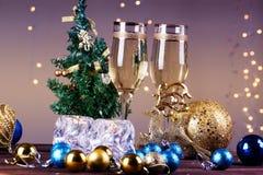 El tostar con los vidrios del champán Decoraciones de la Navidad con el vino Fotografía de archivo libre de regalías