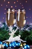 El tostar con los vidrios del champán Decoraciones de la Navidad con el vino Imágenes de archivo libres de regalías