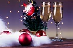 El tostar con los vidrios del champán Decoraciones de la Navidad con el vino Fotos de archivo