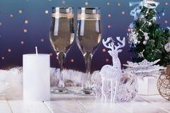 El tostar con los vidrios del champán Decoraciones de la Navidad con el vino Imagen de archivo