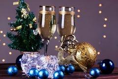 El tostar con los vidrios del champán Decoraciones de la Navidad con el vino Foto de archivo