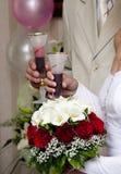 El tostar de los pares de la boda Foto de archivo